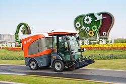 亿华 全天候吸扫式纯电动扫地机